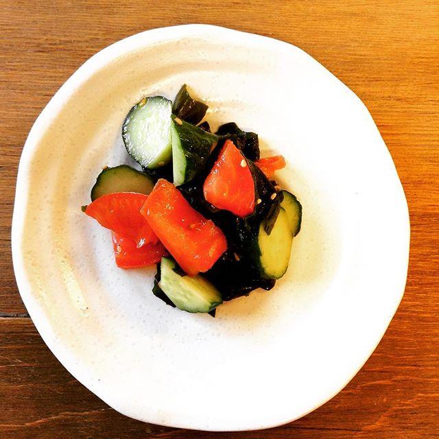 トマトときゅうりとわかめのサラダ。#トマト と#きゅうり の#さっぱりサラダ です。トマトが美味しい季節になりましたね。#fukushima#kooriyama#undeco#小田原屋漬物店#小田原屋#お漬物バイキング#漬物#お漬物#つけもの#おつけもの#和食#japanesetraditionalfood#otsukemono#food#japanese#baiking#japanesefood#tsukemono#japanfood#foodgasm#foodies#foodie#japanesetradition